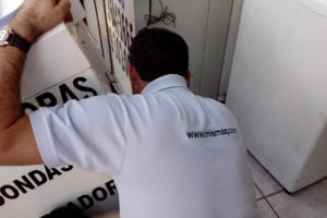 Técnico Consertando Máquina de Lavar